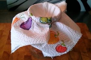 Behälter mit Sieb aus Küchenpapier