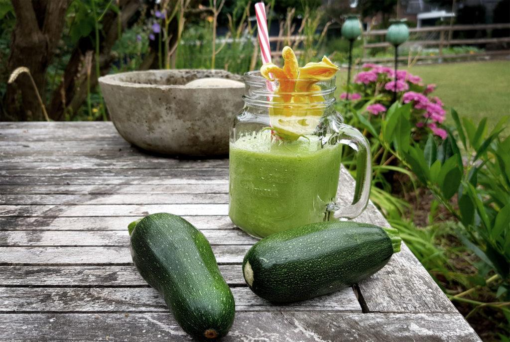Grüner Smoothie mit Zucchini und Rukola