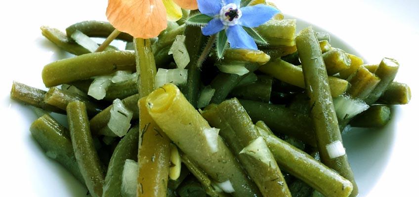 Bohnensalat mit essbaren Blüten