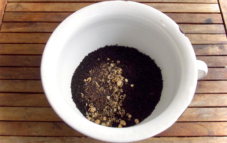 Erde und Saatgut mischen - Seedballs selber machen