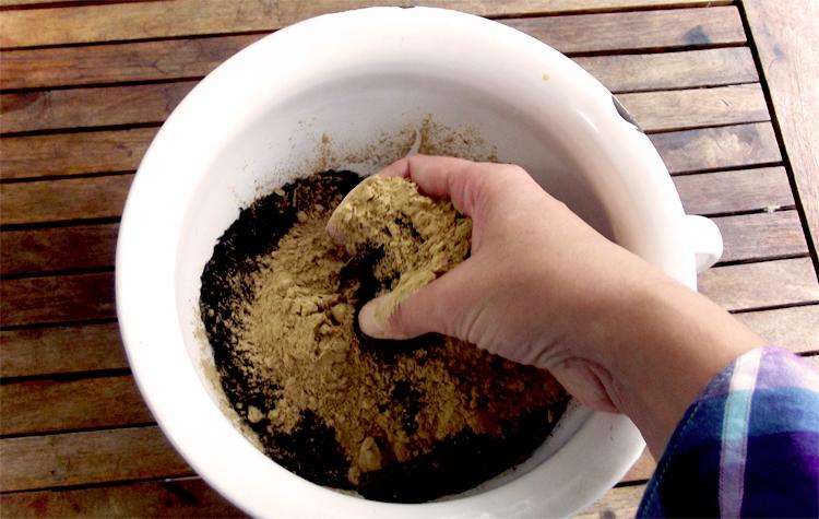 Tonmehl dazugeben und vermischen - Seedballs selber machen