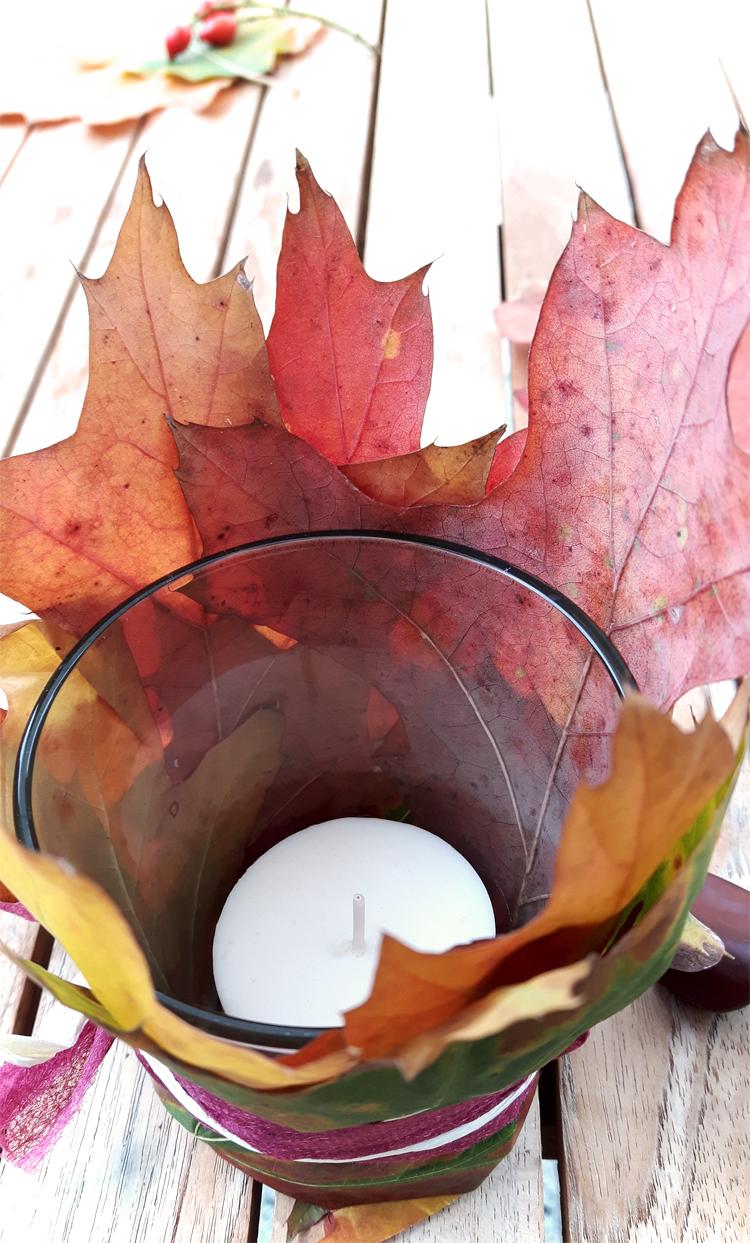 Herbstdeko mit Blättern Windlicht schnell gebastelt