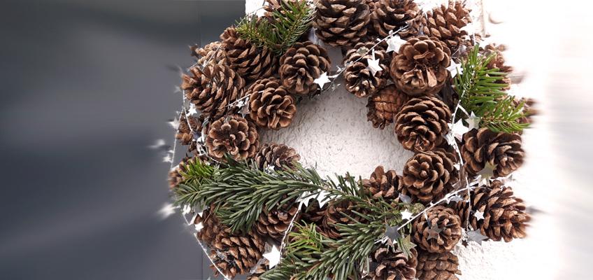 Weihnachtlicher Winter Türkranz aus Zapfen selber machen