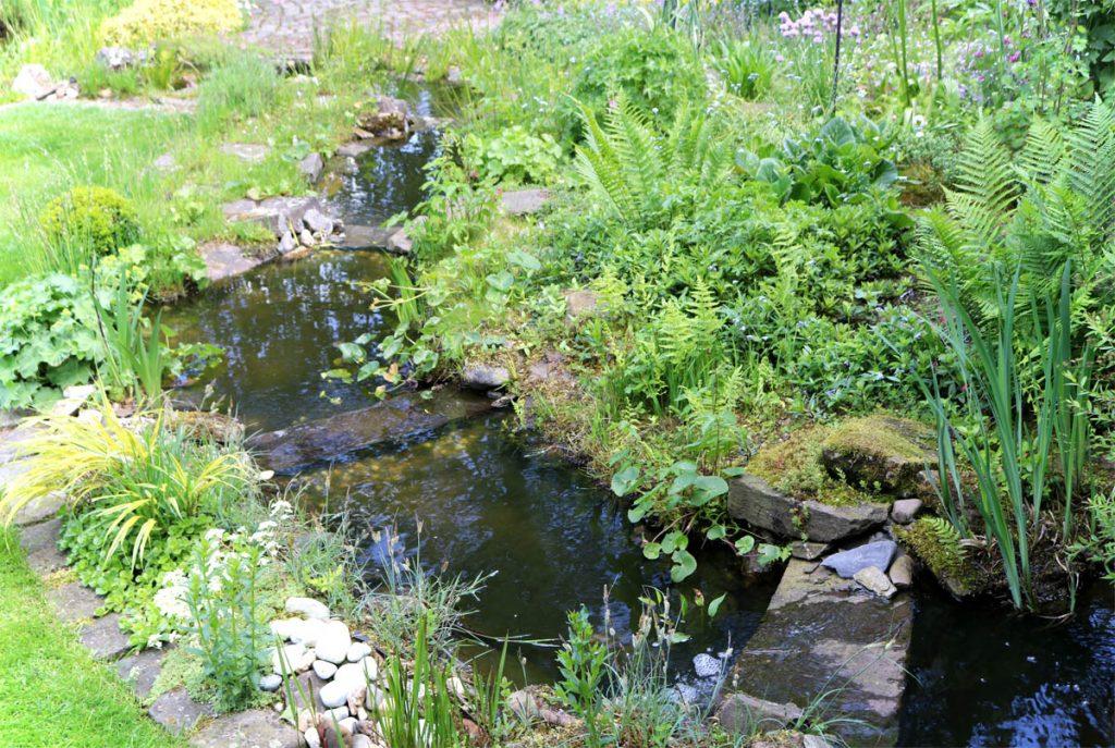 Offene Gartenpforte Naturnaher Garten mit Bachlauf