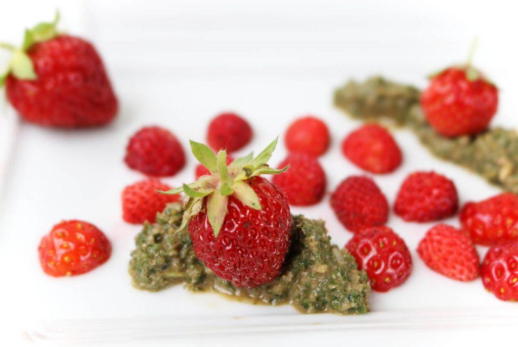 Erdbeeren mit Pesto aus Zitronenmelisse