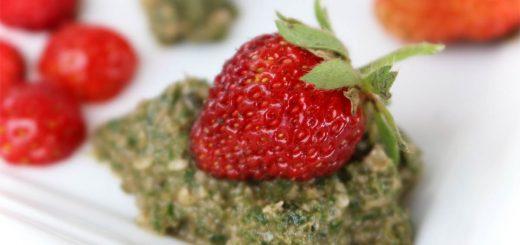 Süßes Pesto aus Zitronenmelisse mit Erdbeeren aus dem Garten