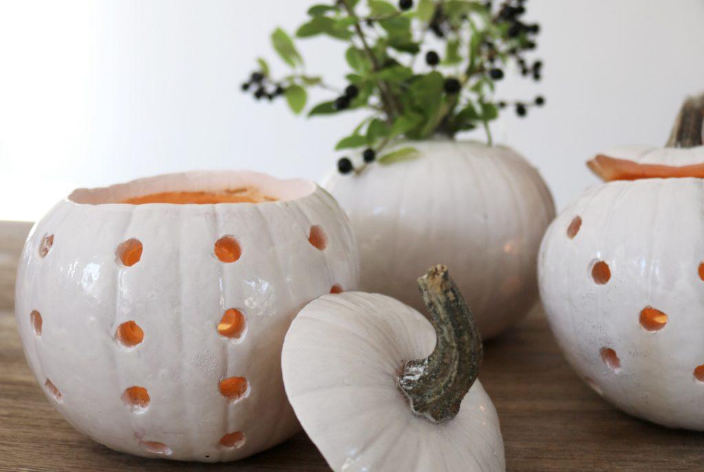 DIY Herbstdeko weiße Kürbisse Vase und Windlicht