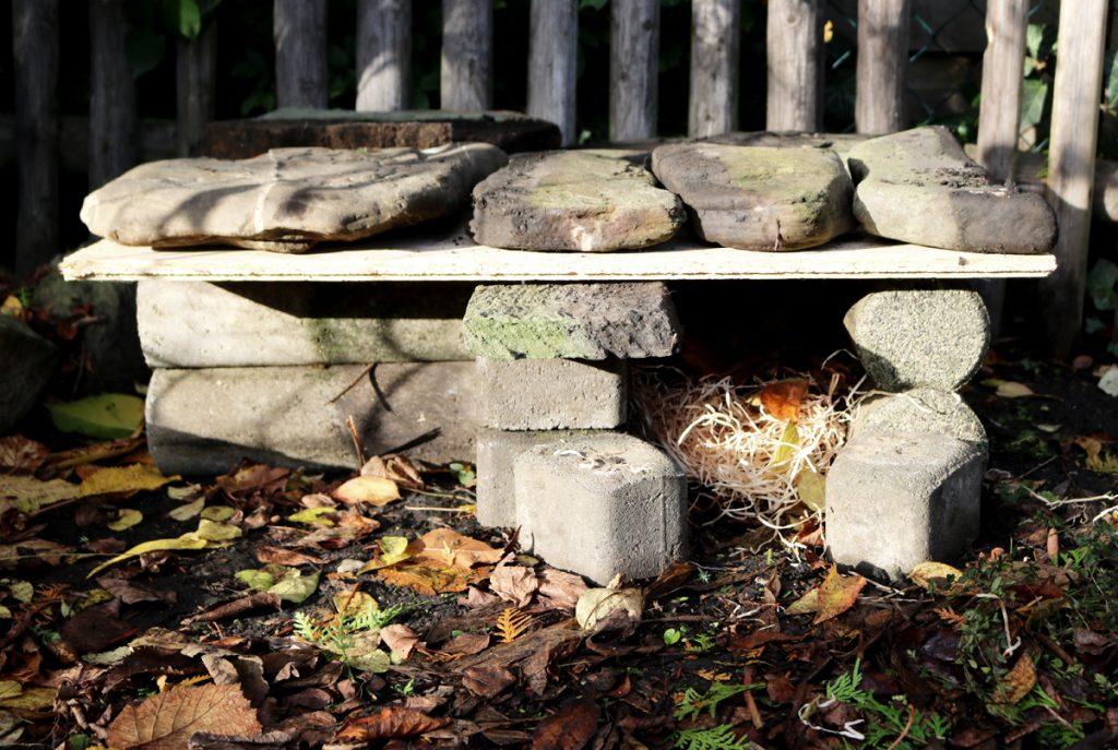 Selbst gebautes Igelhaus aus Steinen