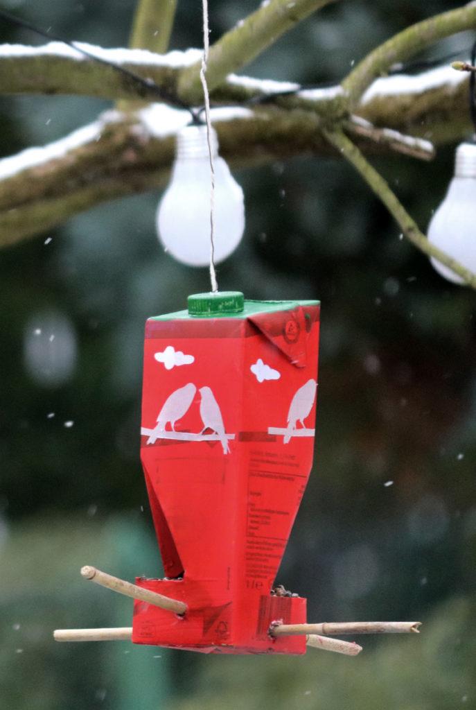 Do It Yourself Vogelfutterhaus aus Milchtüte selbstgemacht