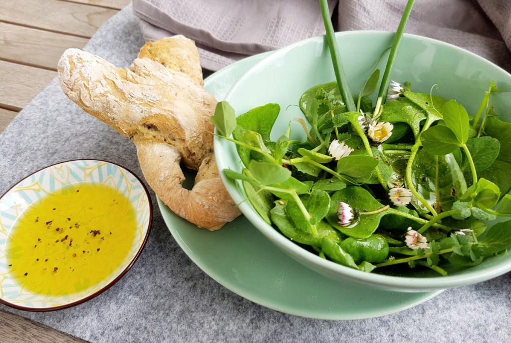 Frühlingssalat mit Winterportulak aus dem Garten und Brötchen