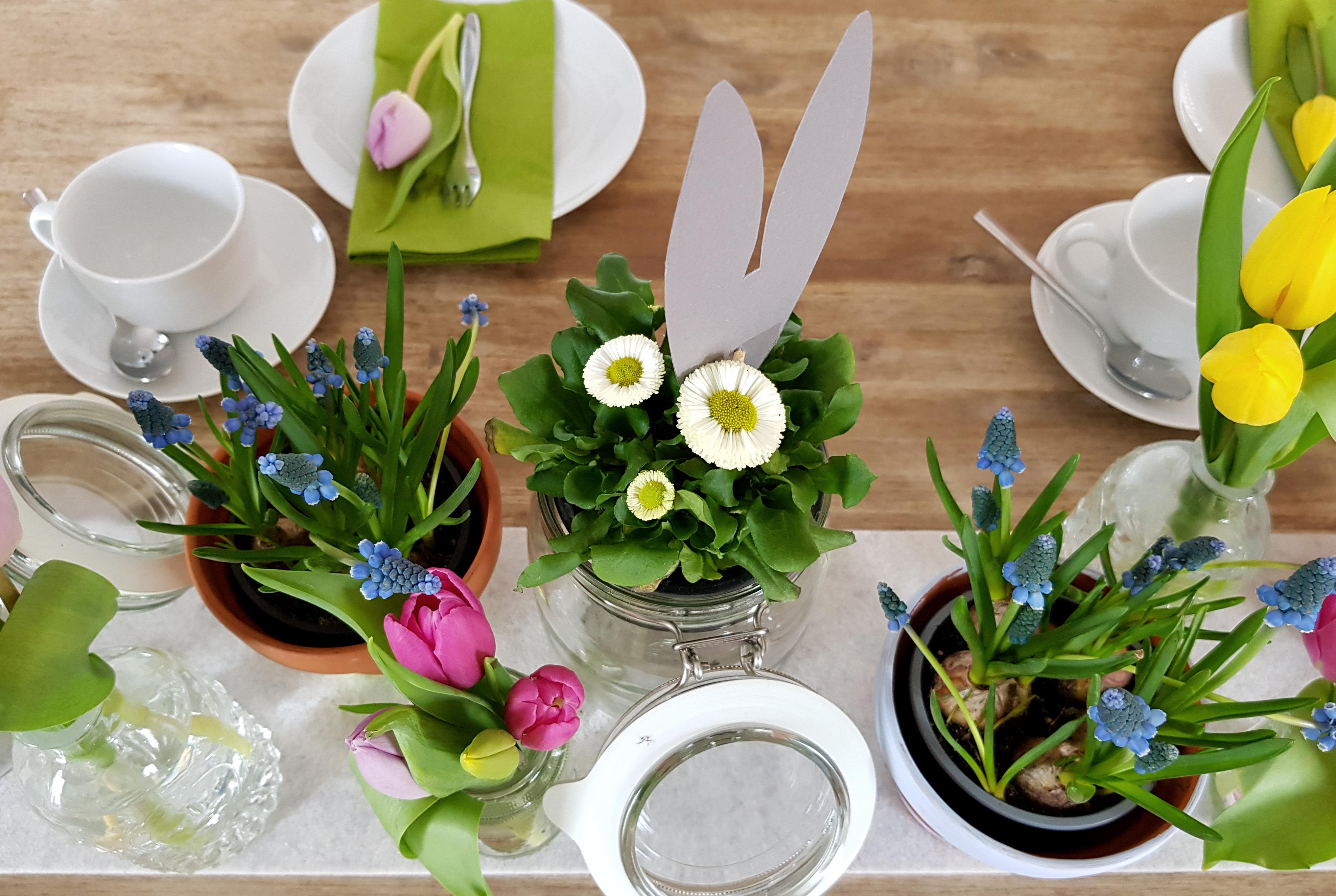 Osterdeko DIY Hasenohren bemalte Töpfe Blumenwiese