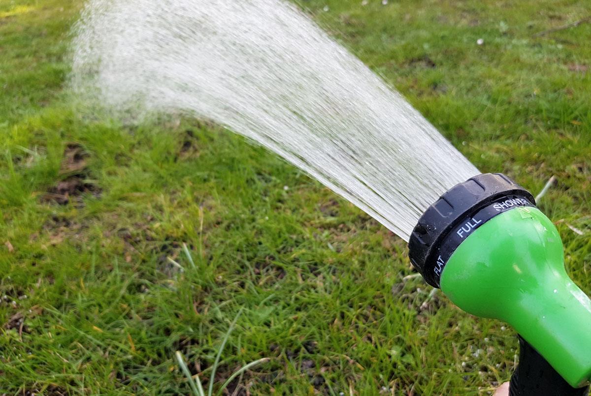 Rasen wässern nach der Düngung im Frühjahr