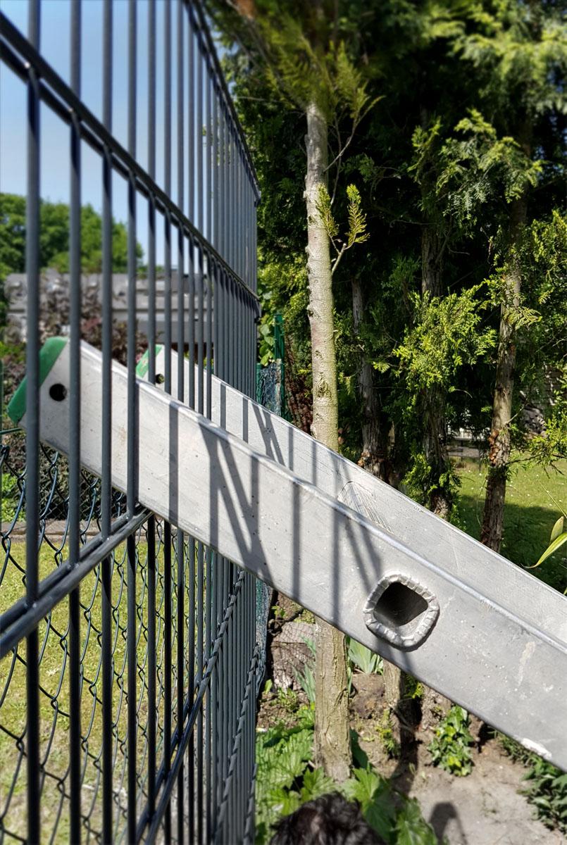Wir bauen einen Zaun! Doppelstabmattenzaun selber bauen - Fixieren mit einer Leiter
