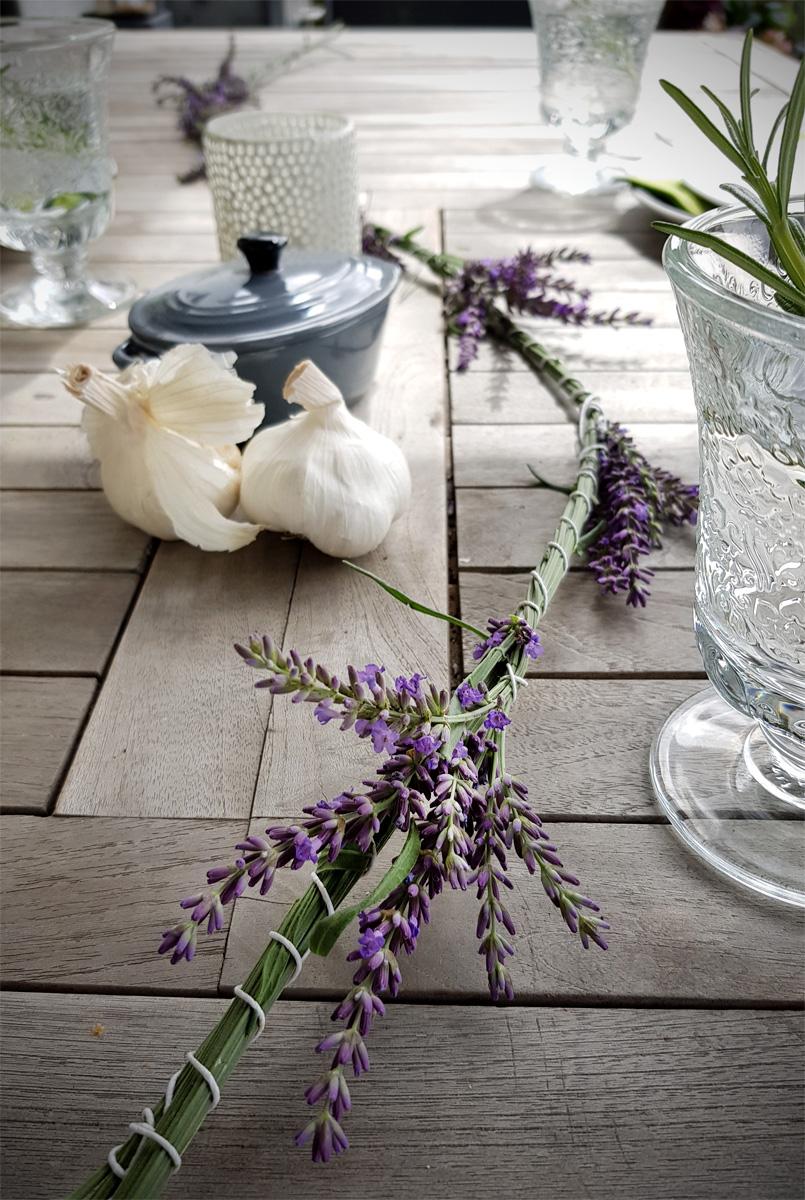 Lavendelgirlande als Tischdeko