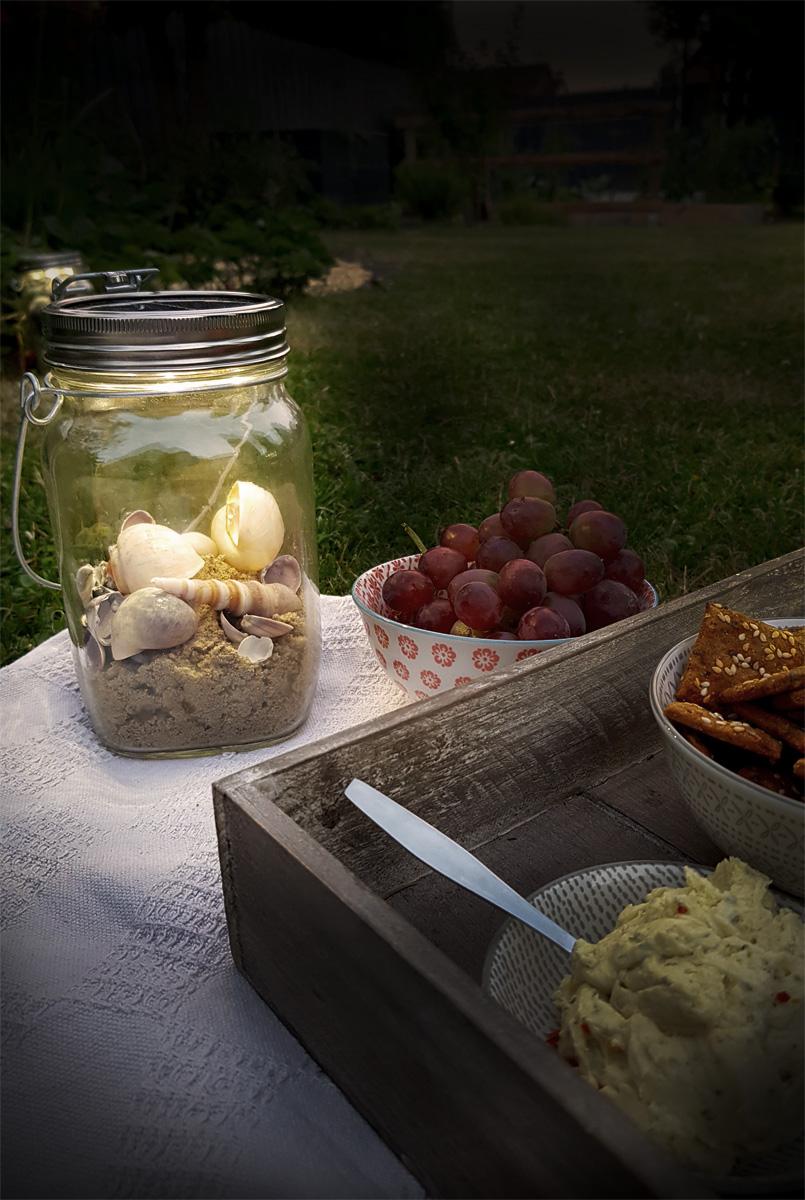 Picknick im Garten mit Sonnenglas
