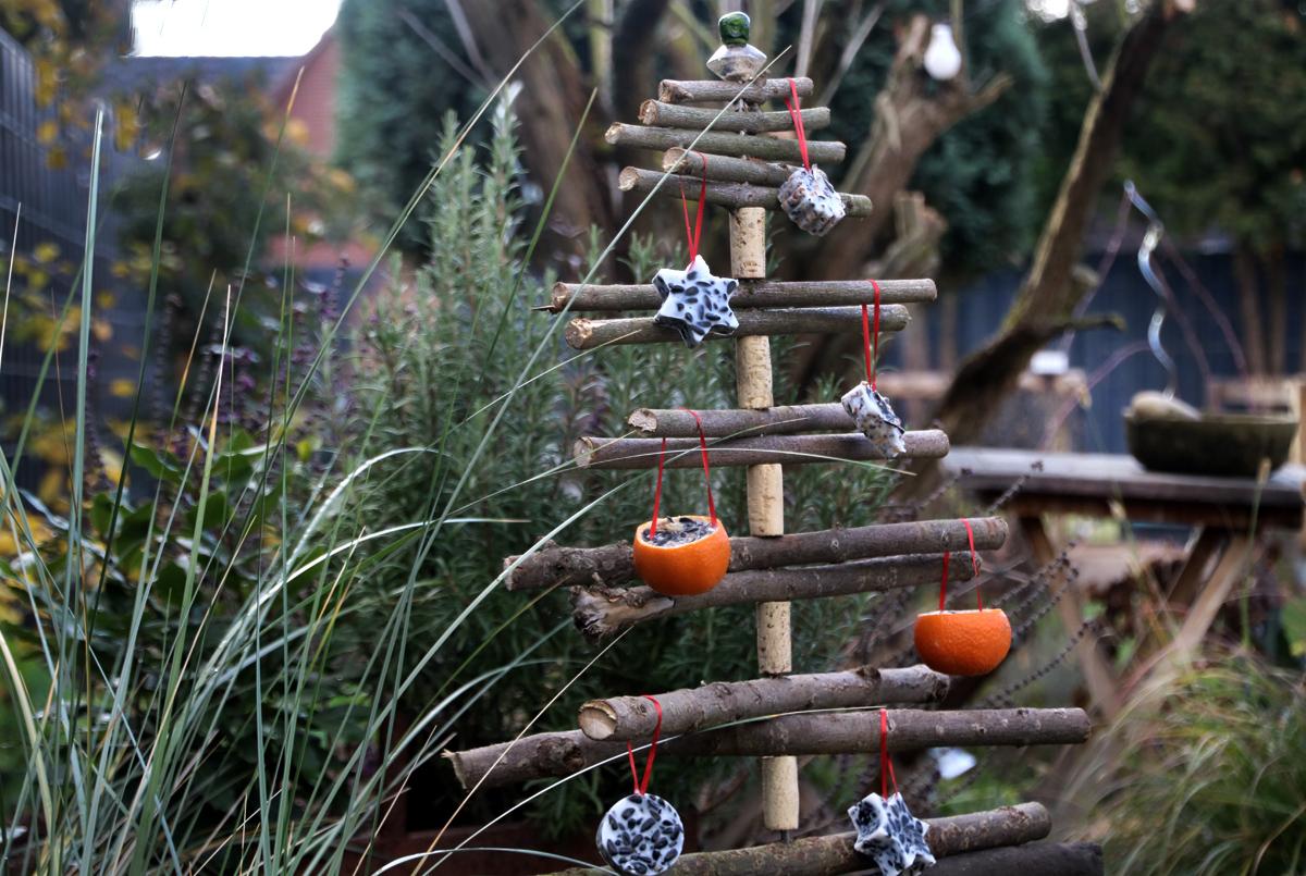ein weihnachtsbaum f r v gel mit vogelfutterpl tzchen diy. Black Bedroom Furniture Sets. Home Design Ideas