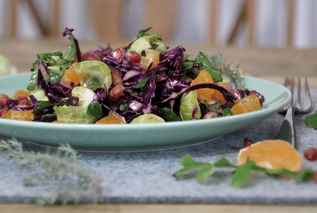 Rotkohlsalat mit Rosenkohl Granatapfel Mandarine