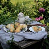Apfel-Rhabarber-Blätterteigtaschen mit Thymian und Rosmarin