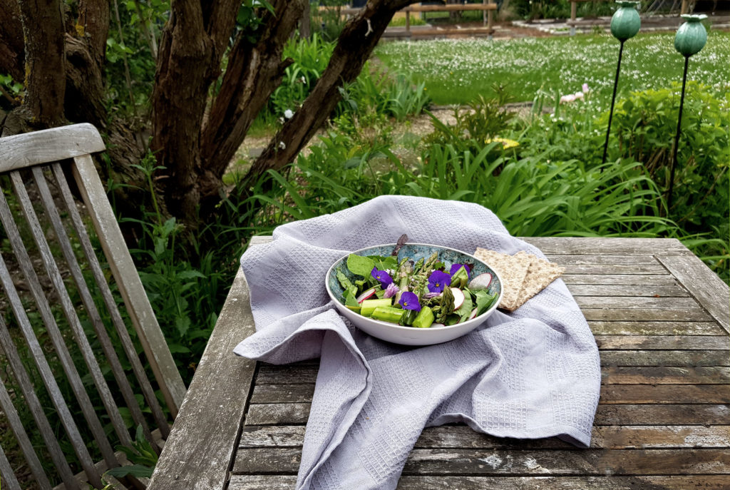 Grüner Spargelsalat mit Thymian-Estragon-Dressing