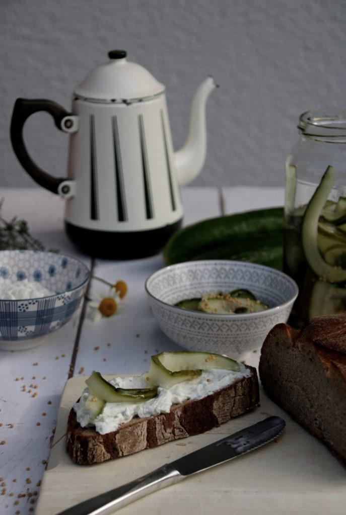 Brot mit Honig-Senf-Gurke