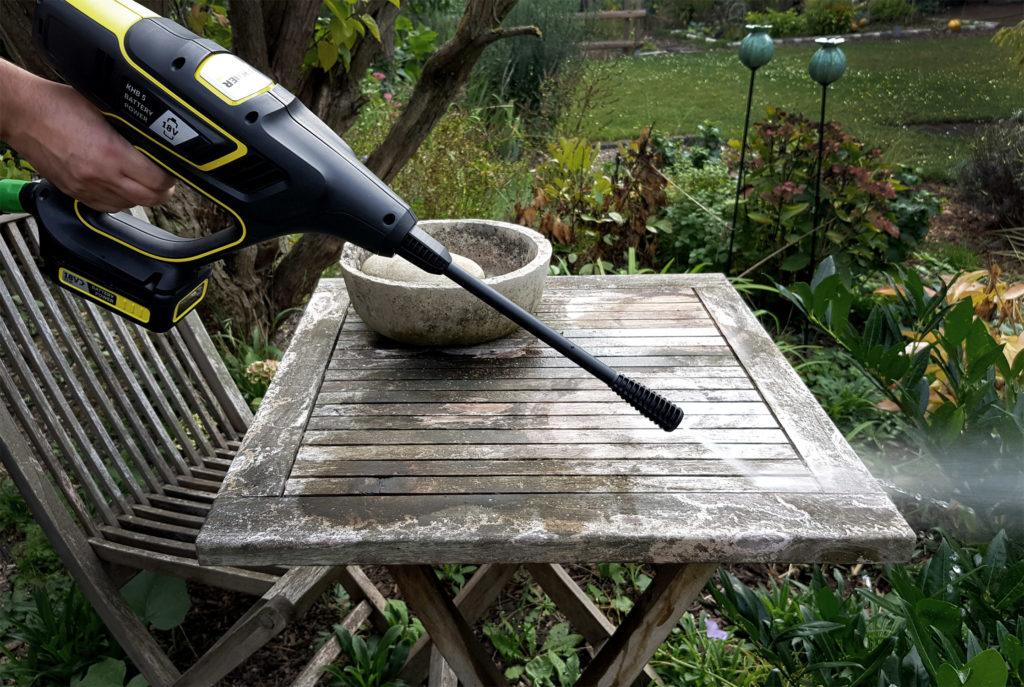 Terrasse pflegen mit Kärcher Handheld Druckreiniger