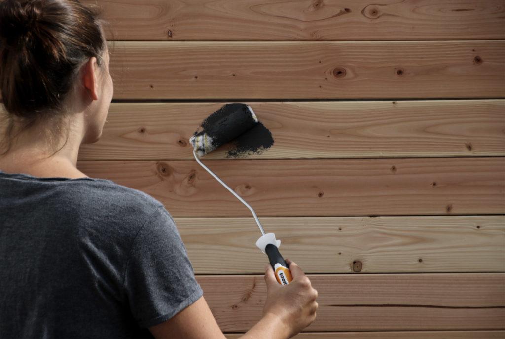 Bretter streichen mit Wetterschutz-Holzfarbe