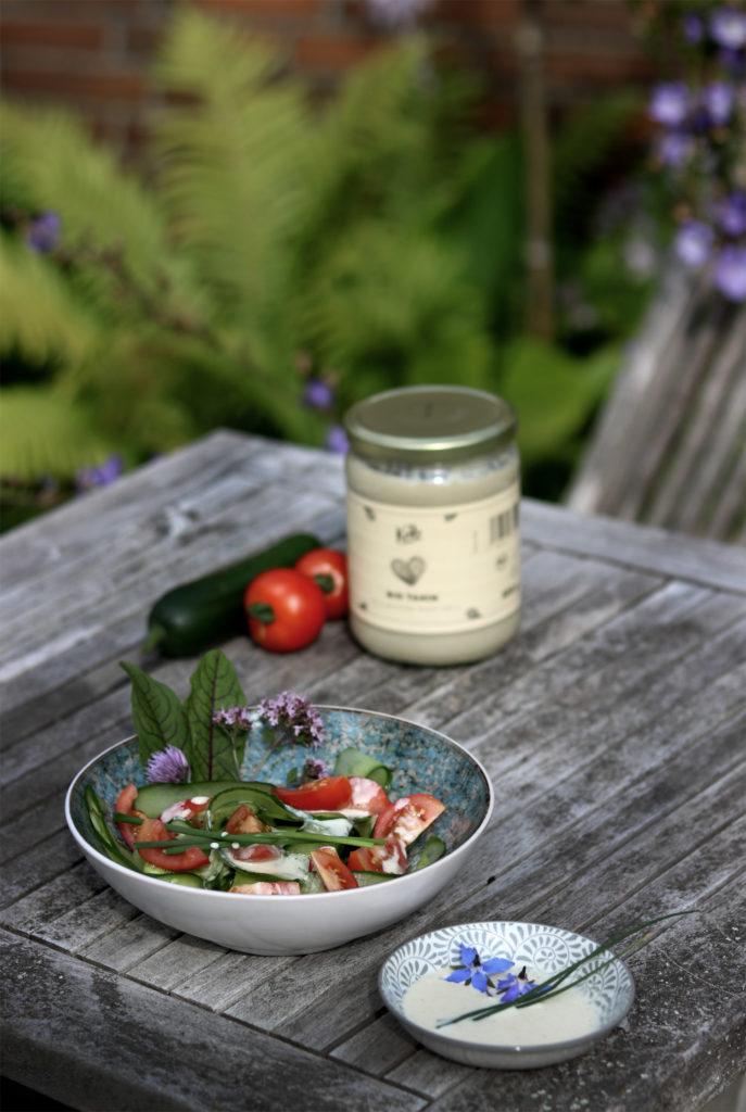 Sommersalat mit Tahinsauce und Limette
