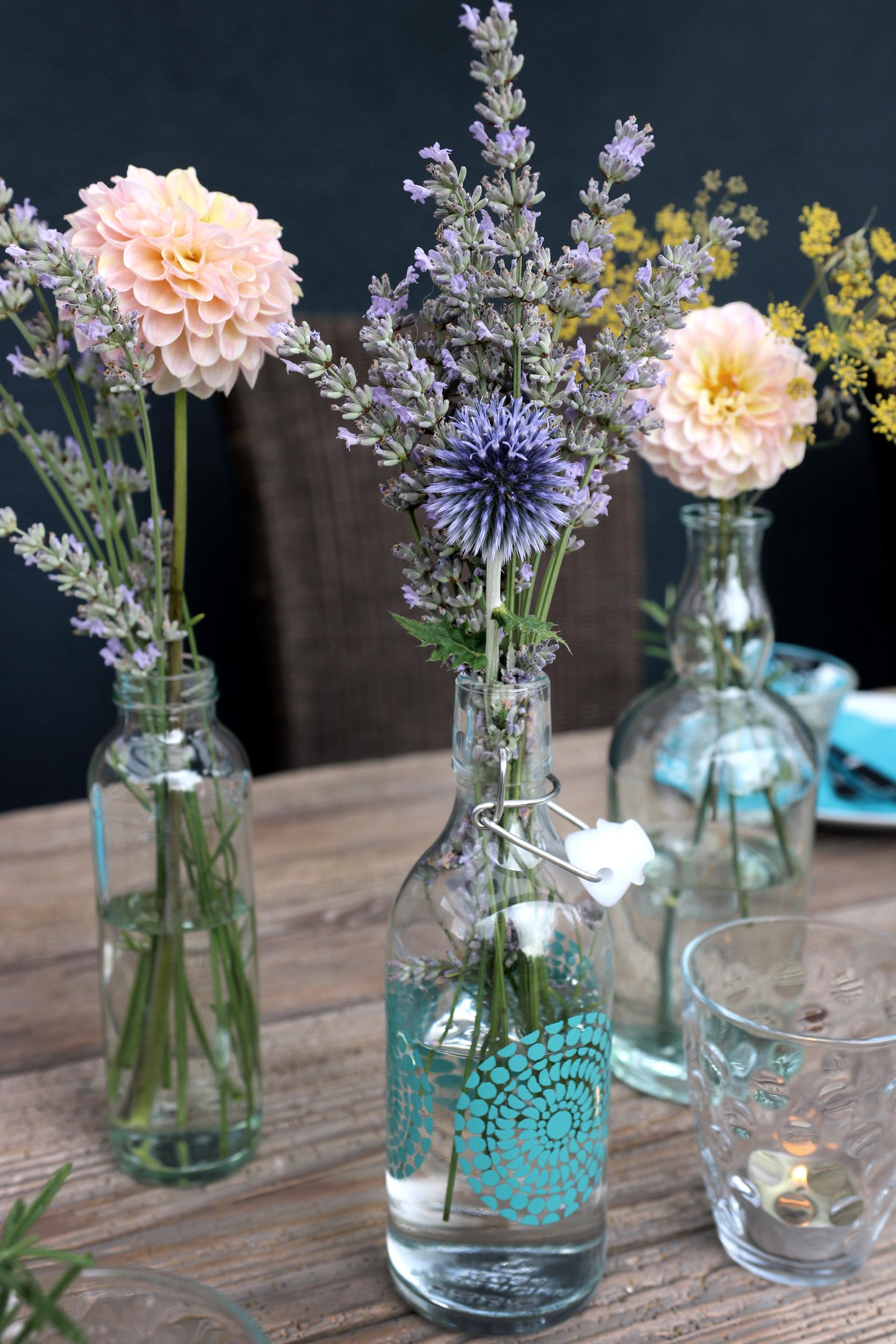 Tischdeko-Terrasse_Blumenvasen-und-Kerzenlicht