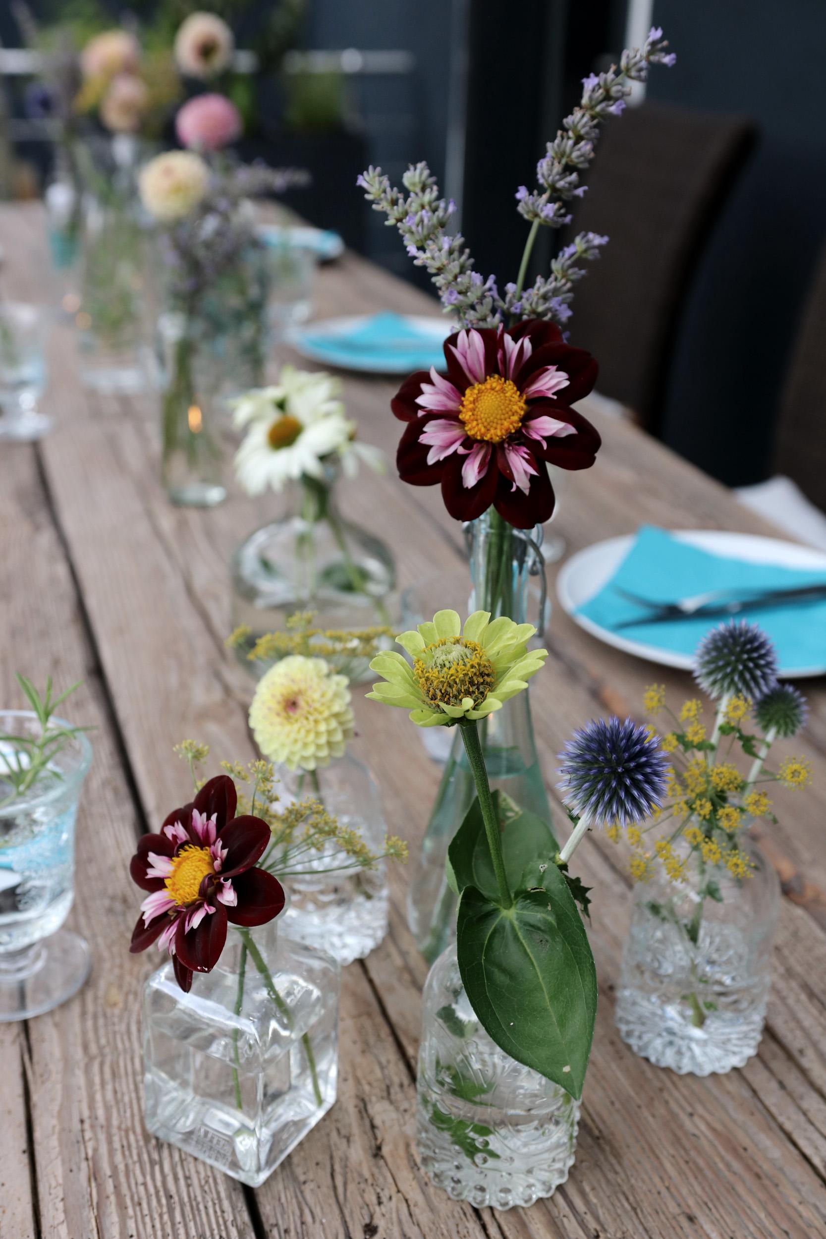 Tischdeko_Blumenvasen-mit-Sommerblumen